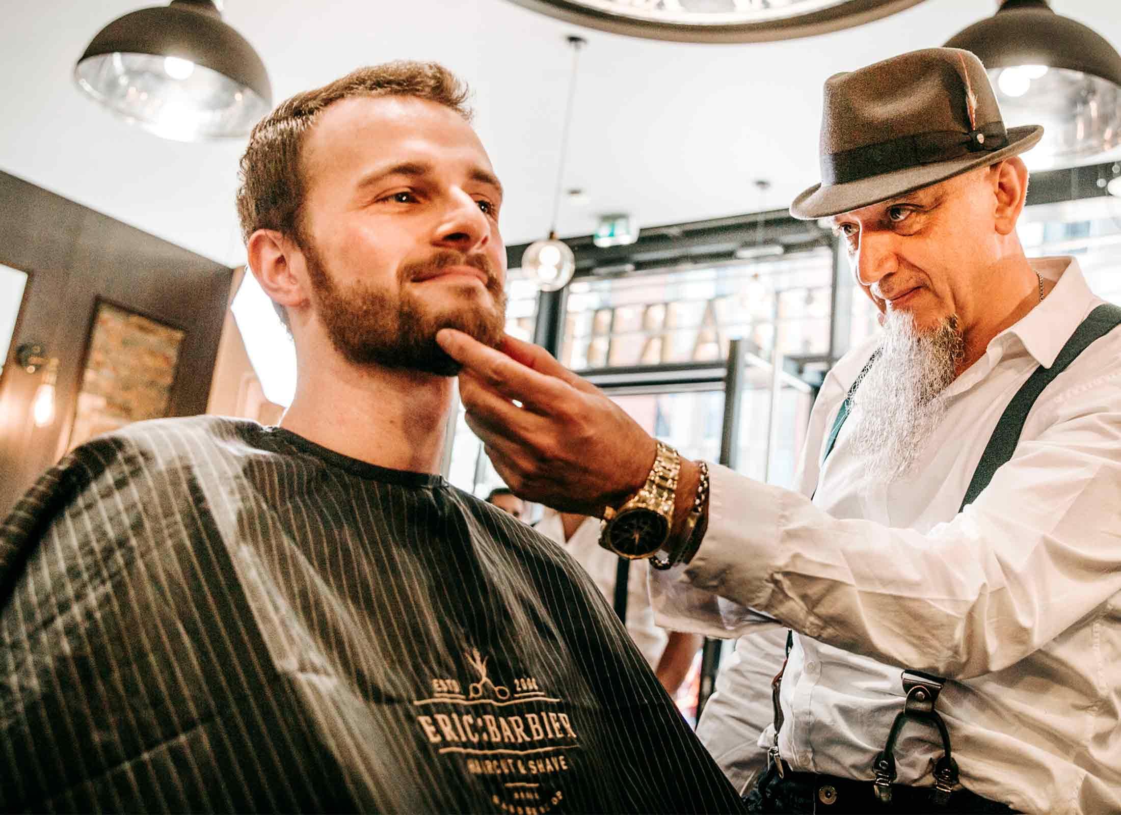 Bart färben, Barbier mit Kunde